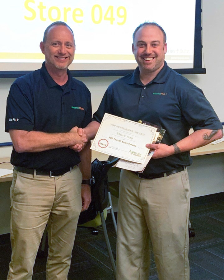 Batteries Plus franchisee Rich Epps accepting an award